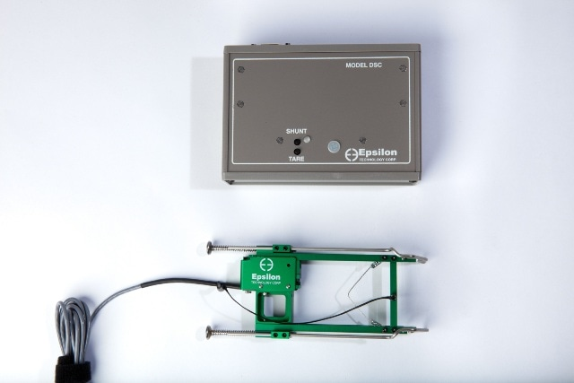 Model DSC single-channel digital signal conditioner (top panel) with Model 3542 extensometer