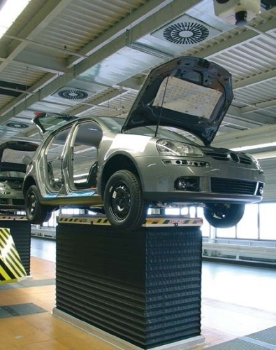 Height of lifting platforms on automobile production lines