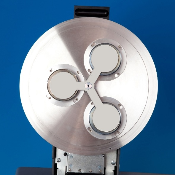 Triple sputtering head with automatic shutter closed