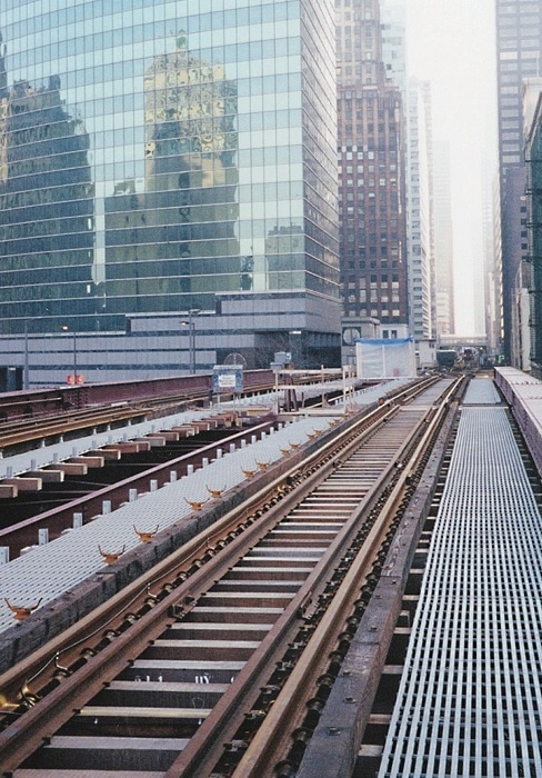 Chicago Transit maintenance walkways alongside elevated train tracks constitute one of the largest fiberglass grating installations in history. This project used DURAGRID® T-5000 51 mm with a custom polyester resin.
