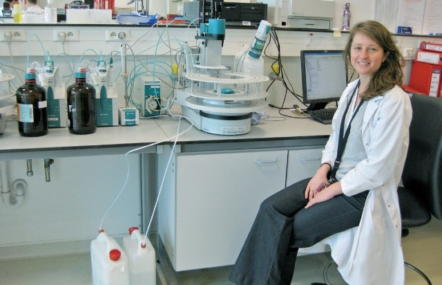 Julie Tilquin is the responsible lab technician for the fully automated Metrohm titration system.