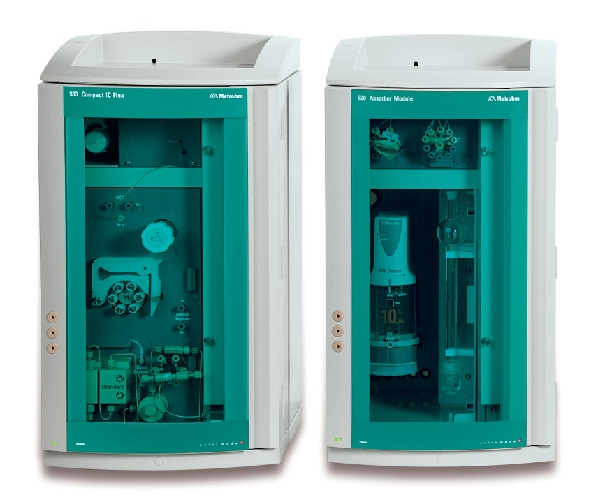 The 920 Absorber Module (right) is able to collect samples fully automatically and transfer them to the 930 Compact IC Flex (left), for example, for ion chromatographic determination.