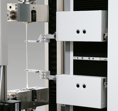The easy-change sensor arms are attached to the carriage-mounted measuring heads.