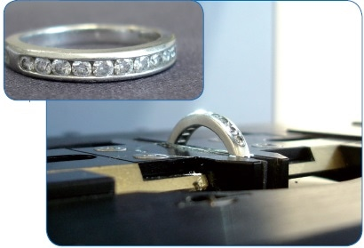 Diamond ring fixed in the sample holder vice on the LUMOS stage.