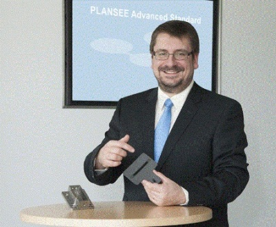 Dr. Thomas Werninghaus shows the PLANSEE Advanced Standard Single Mount G2 Aperture.