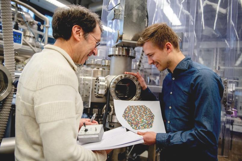 Alan Savan (left) and Tobias Löffler analyze high entropy alloys.