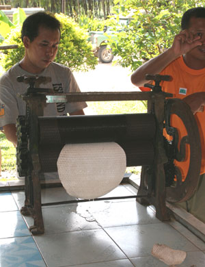 AZoM - Metals, ceramics, polymers and composites - Final rolling of the latex sheets using a textured roller.